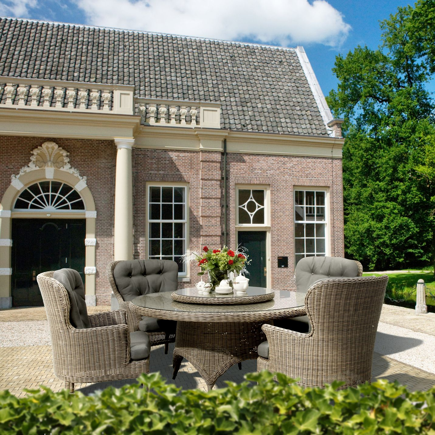 4 Seasons Outdoor Victoria Dining Table and 4 Buckingham Seats