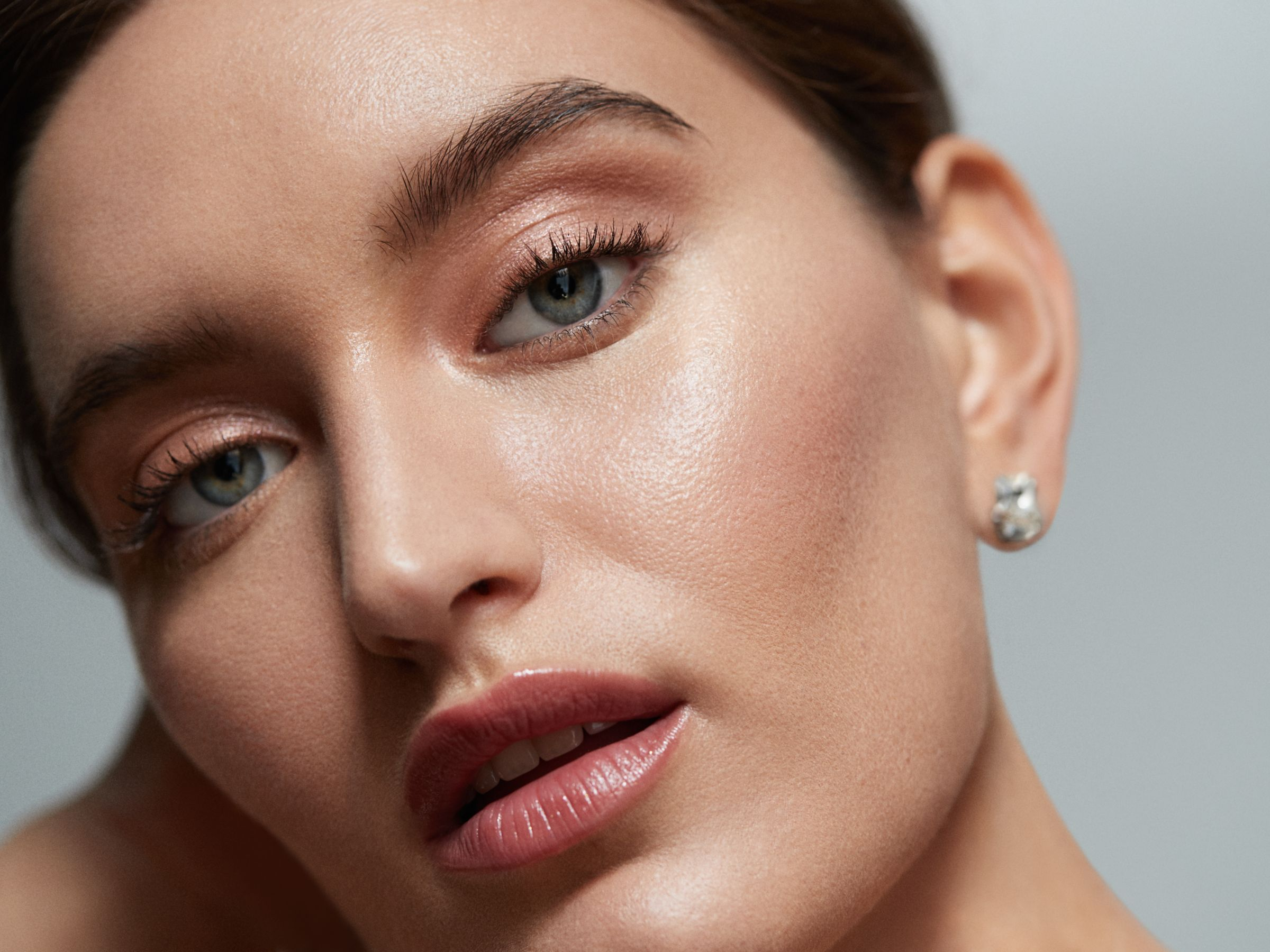 Natrual glowing make-up look