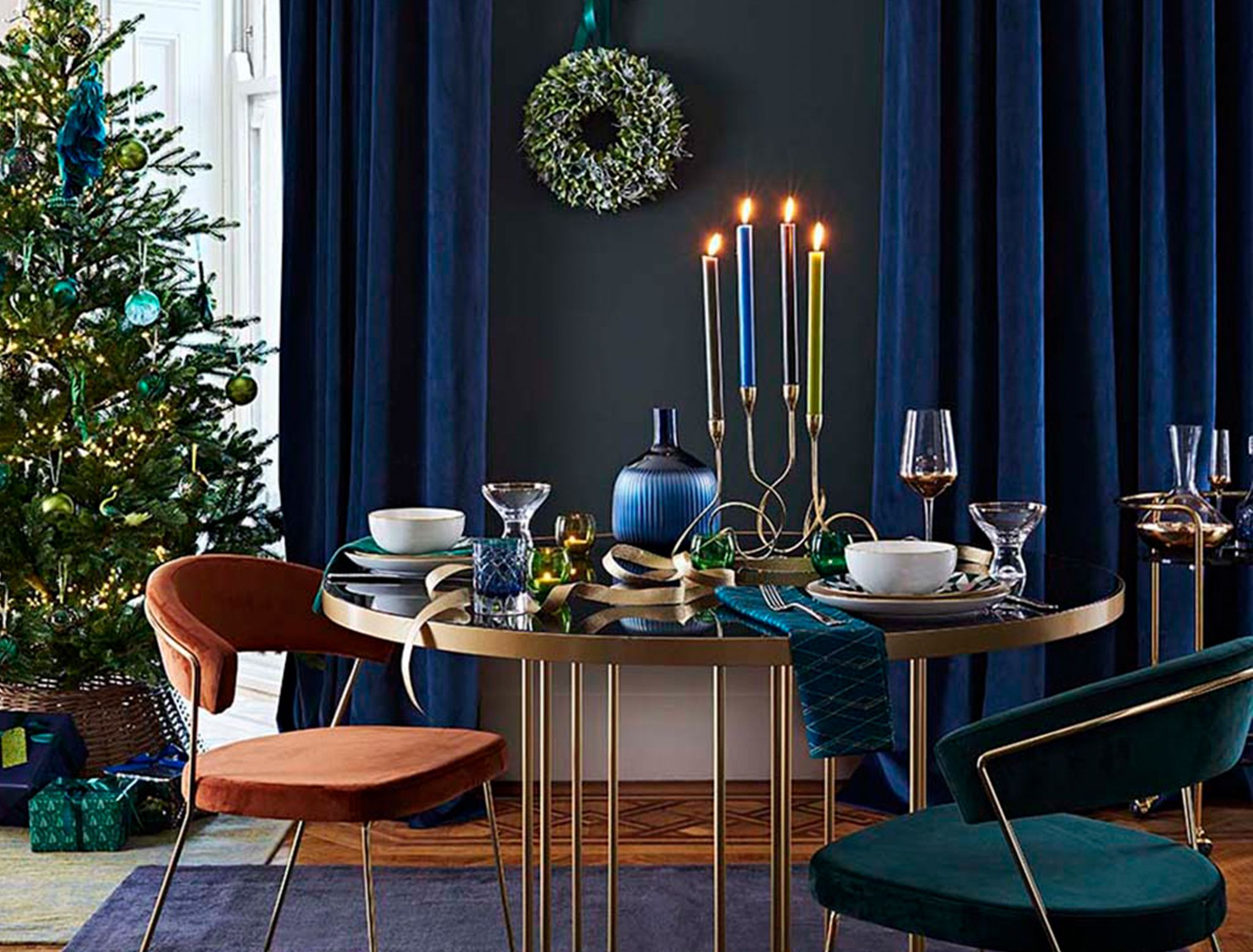 Dining room with Christmas setting